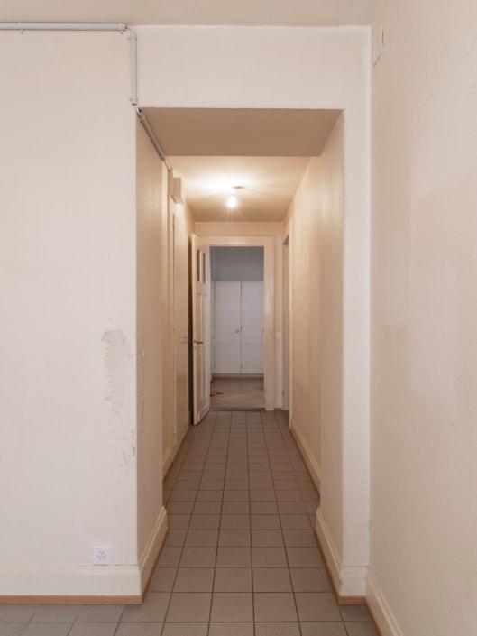 corridor avec armoire