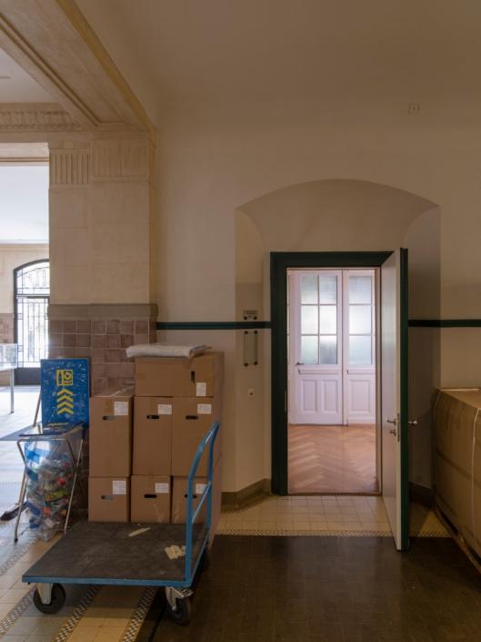 porte d'entrée d'un appartement de concierge dans un gymnase à Lausanne appartement de concierge dans un gymnase à Lausanne
