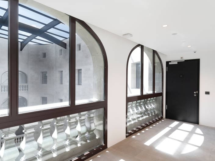 toit en verre au travers d'une vitre
