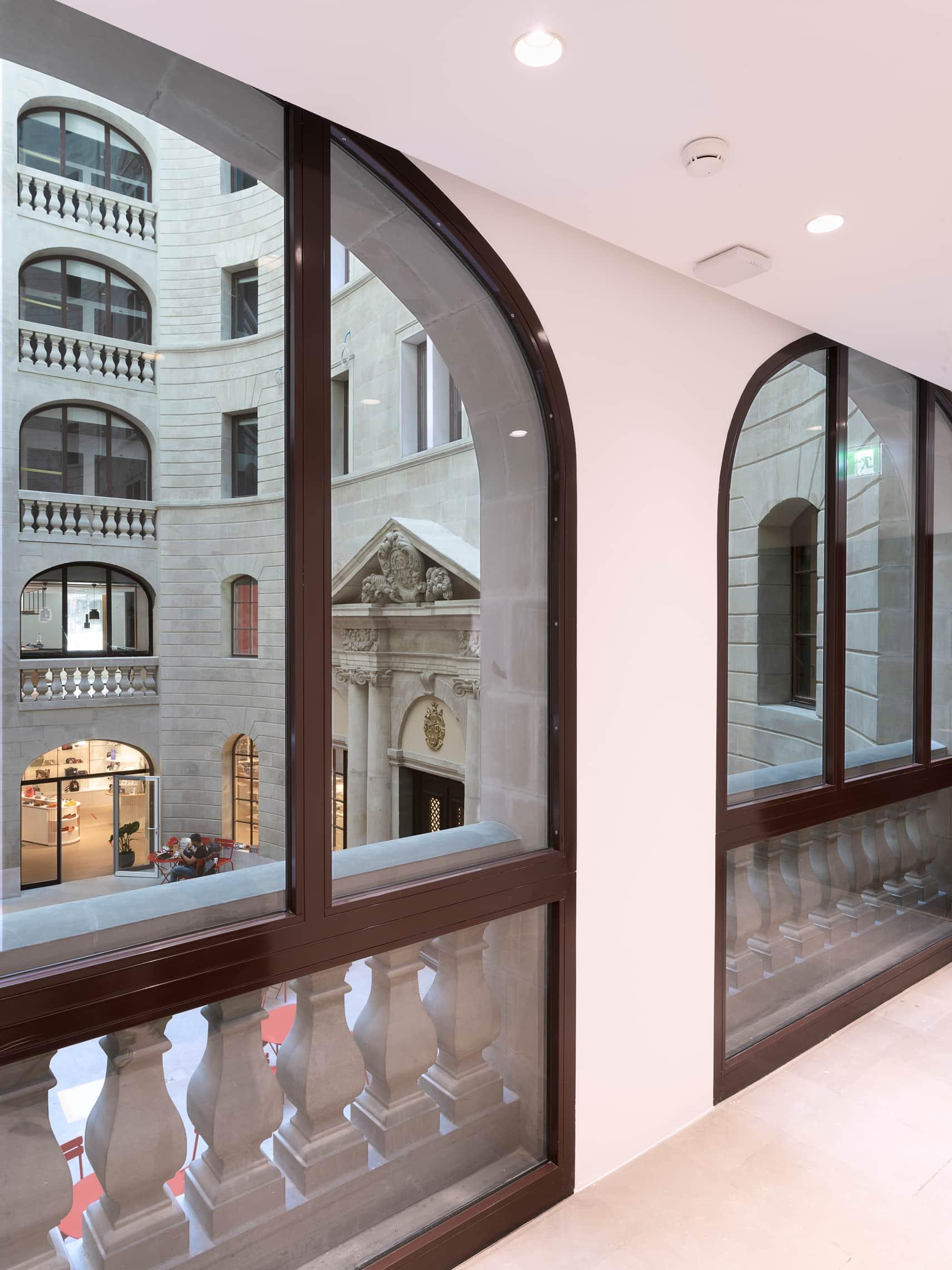 vue sur une coure intérieure depuis un corridor