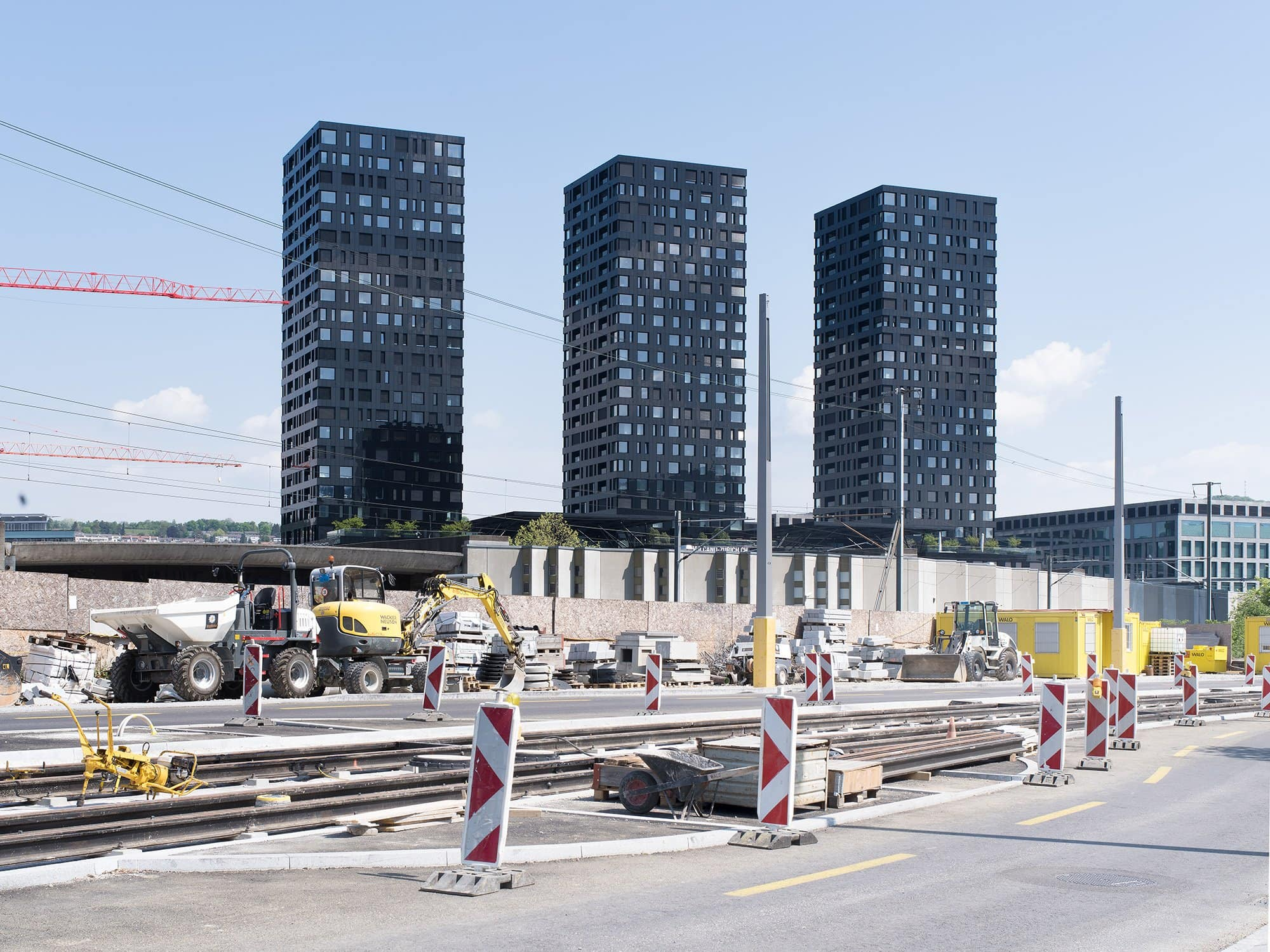 trois tours é l'arrière d'un chantier