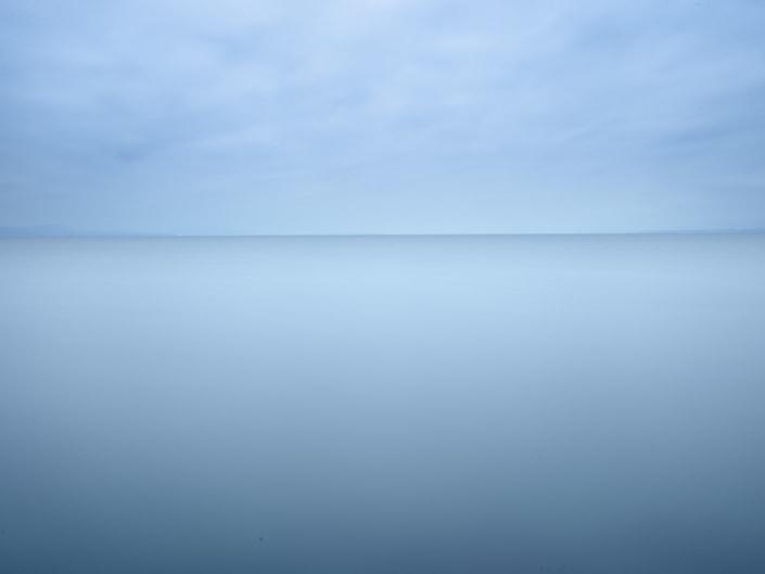 lac à l'horizon dégagé