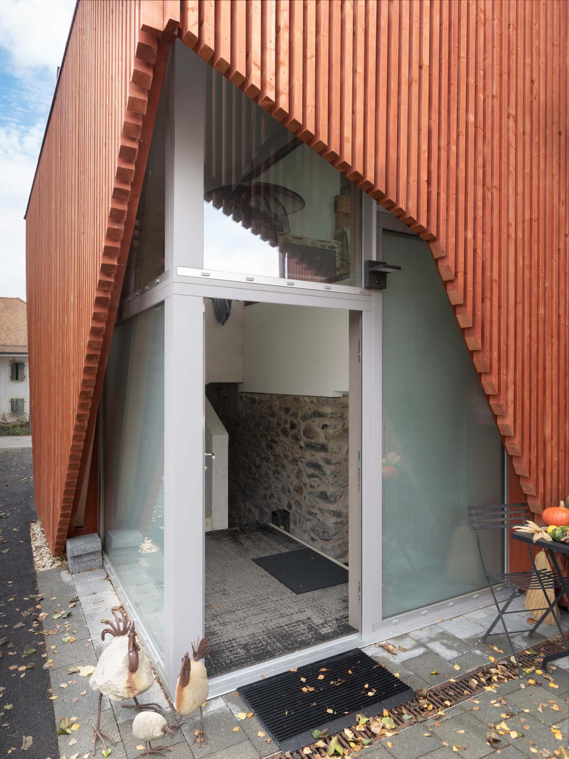 porte d'entrée d'une ferme rénovée