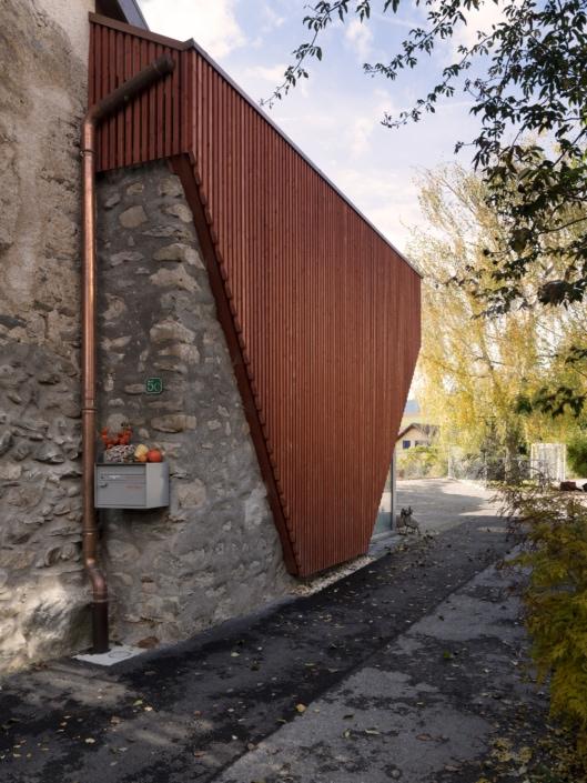 façade de bois et de pierres