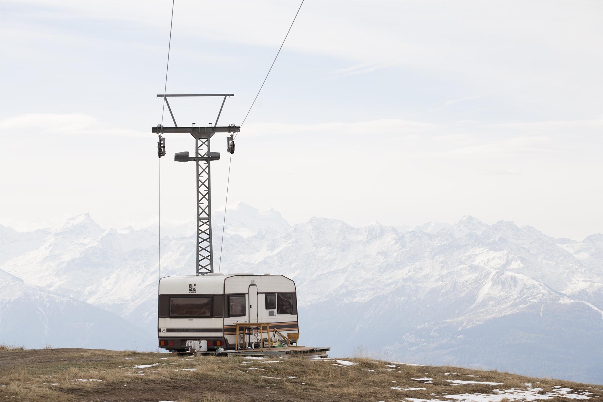 caravane devant un pylône de téléski