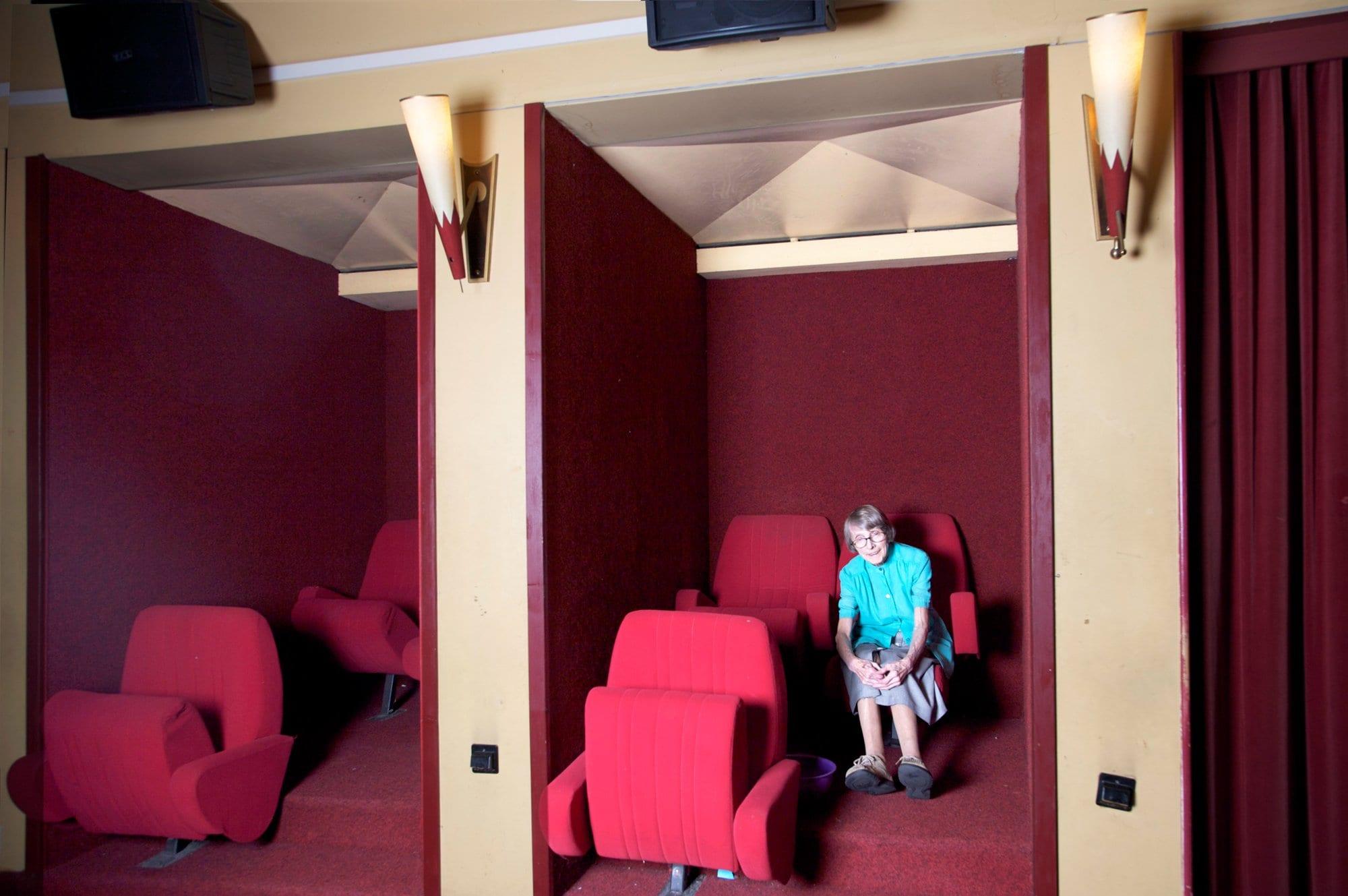 Lucienne Schnegg assise szr siège de cinéma