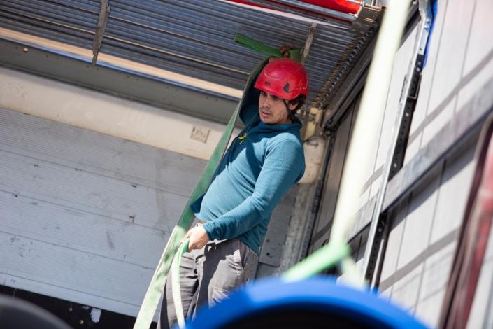 ouvrier en train de dérouler un câble