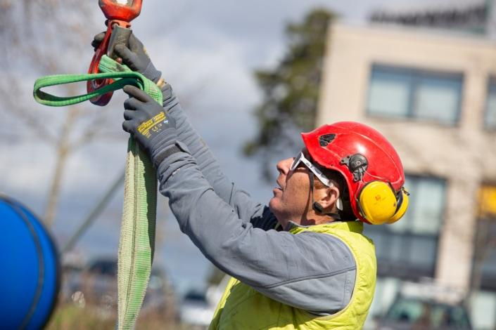 ouvrier en train de décrocher un câble