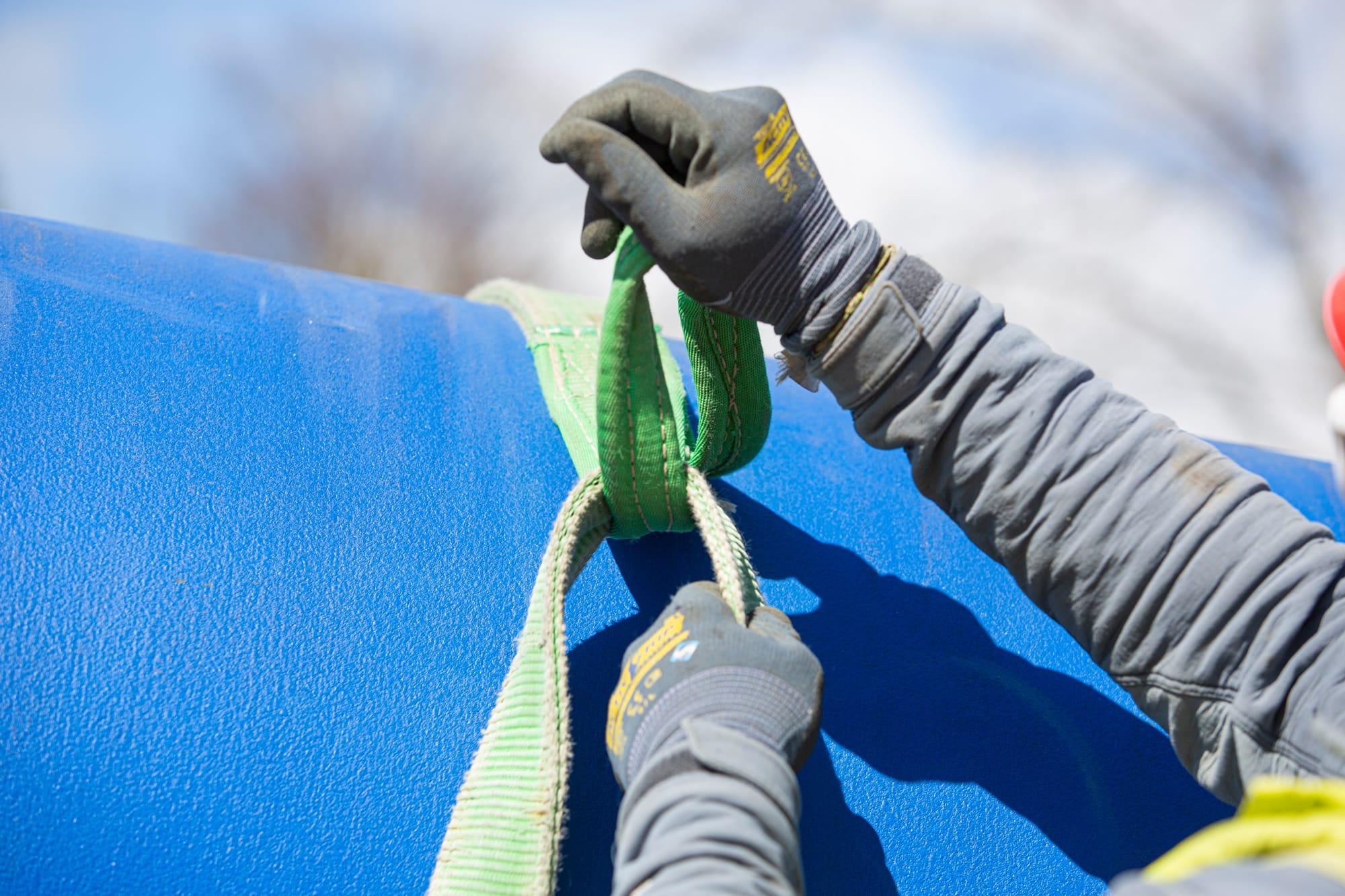 ouvrier en train de faire un noeud