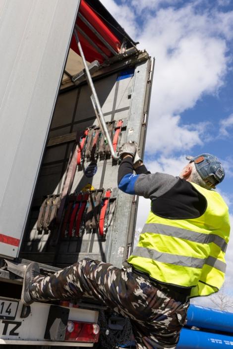 ouvrier en train de fermer un camion