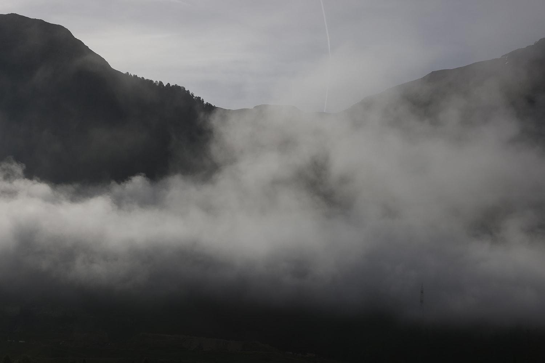 nuages bas à la montagne