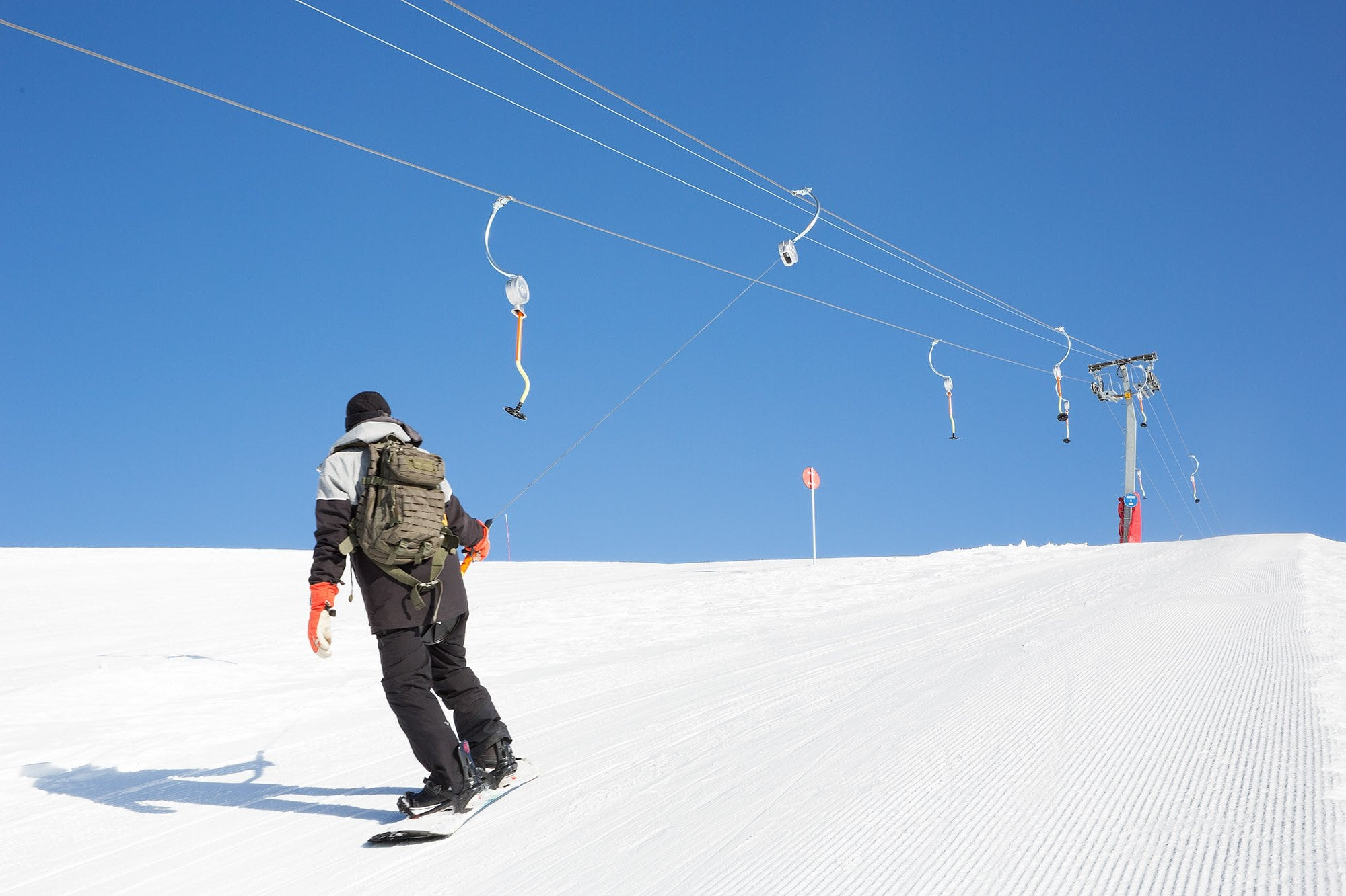 snowboarder sur une remontée mécanique