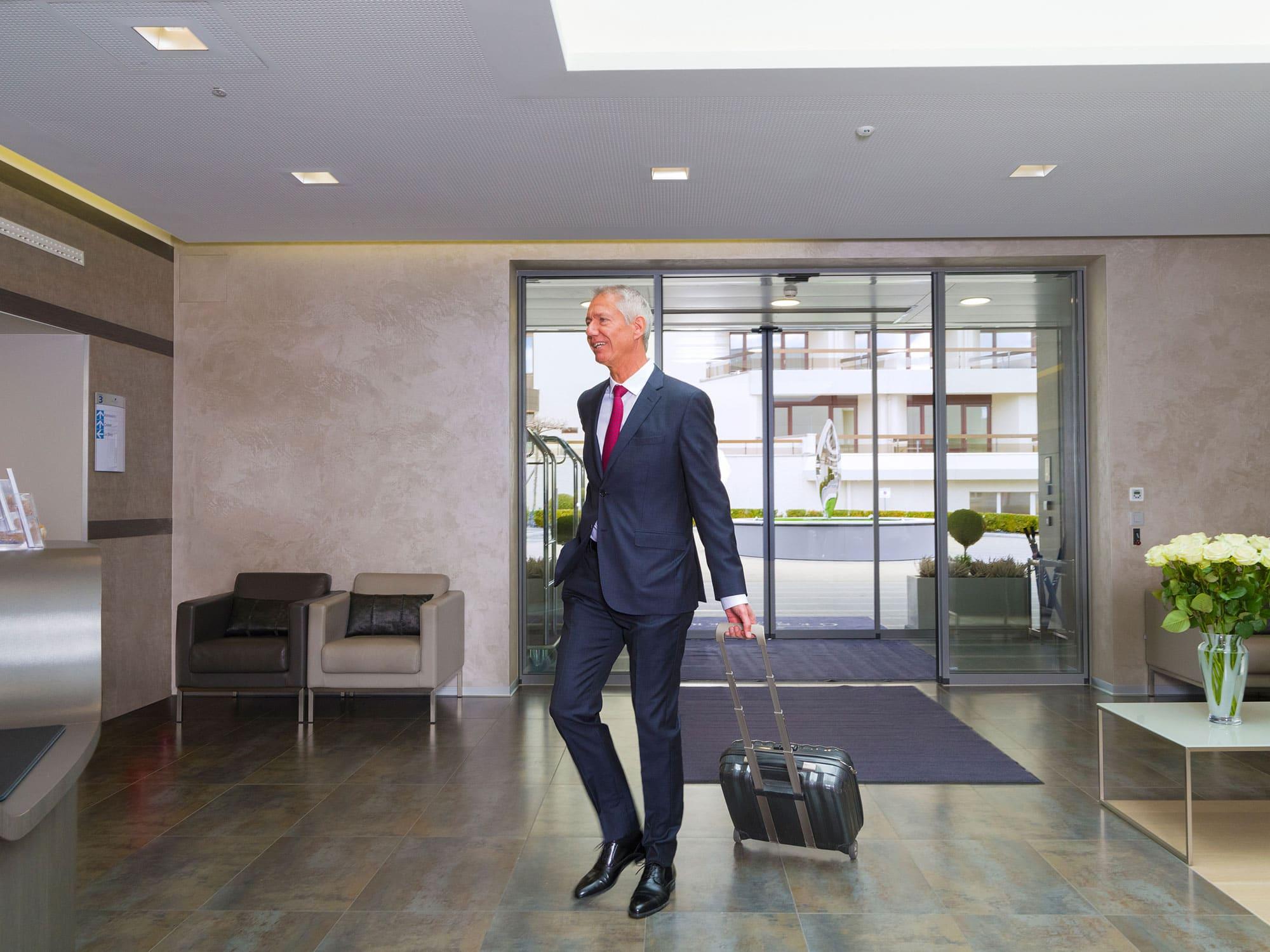 photo corporate d'un client homme arrivant à l'hôpital