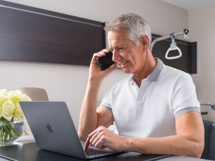 photo corporate représentant un patient au téléphone dans une chambre de clinique