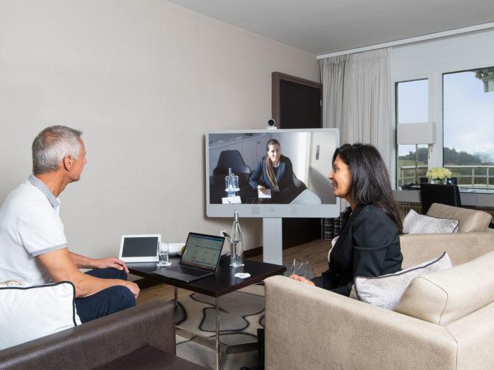 photo corporate de trois personnes lors d'une séance de télétravail