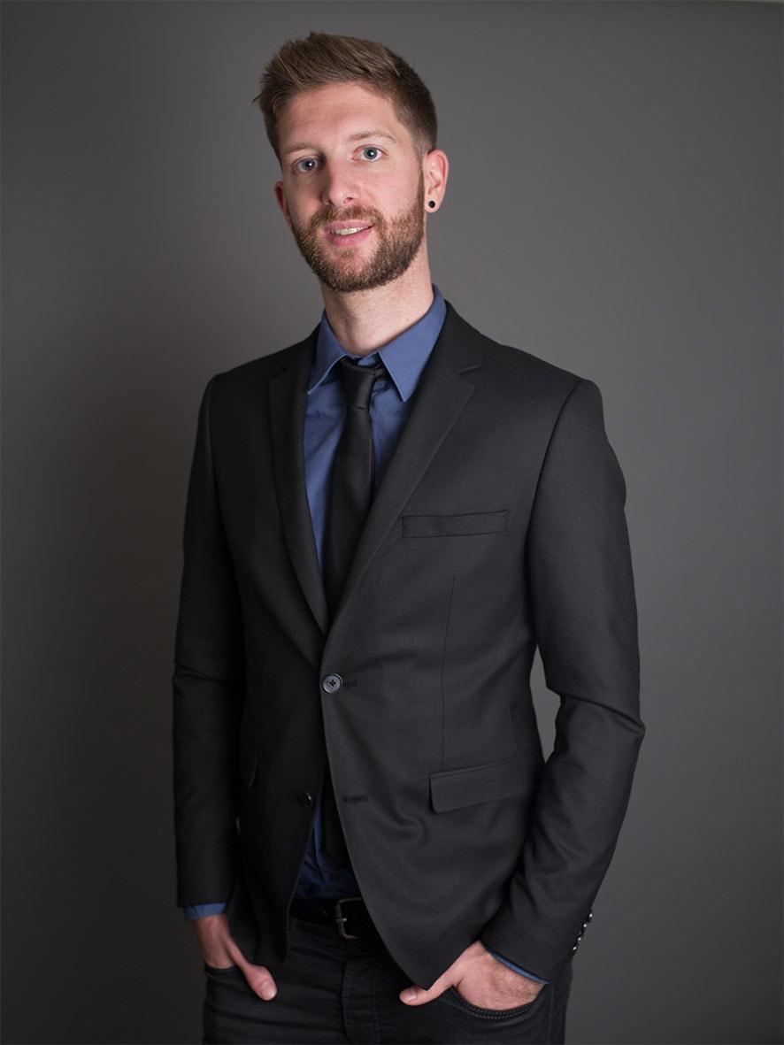 portrait corporate représentant un homme en complet cravate