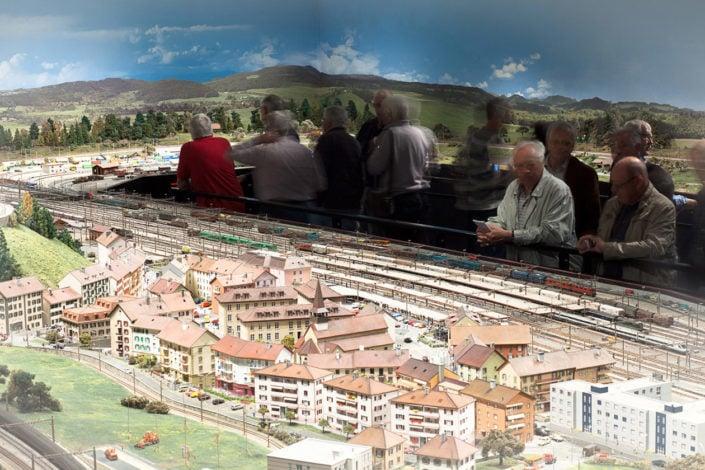 public devant une maquette de train