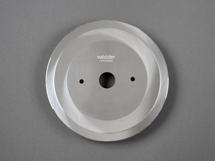 lame circulaire photographiée avec des flashs sur un fond de studio gris, pour mettre en avant les mandats de photographie corporate en entreprise