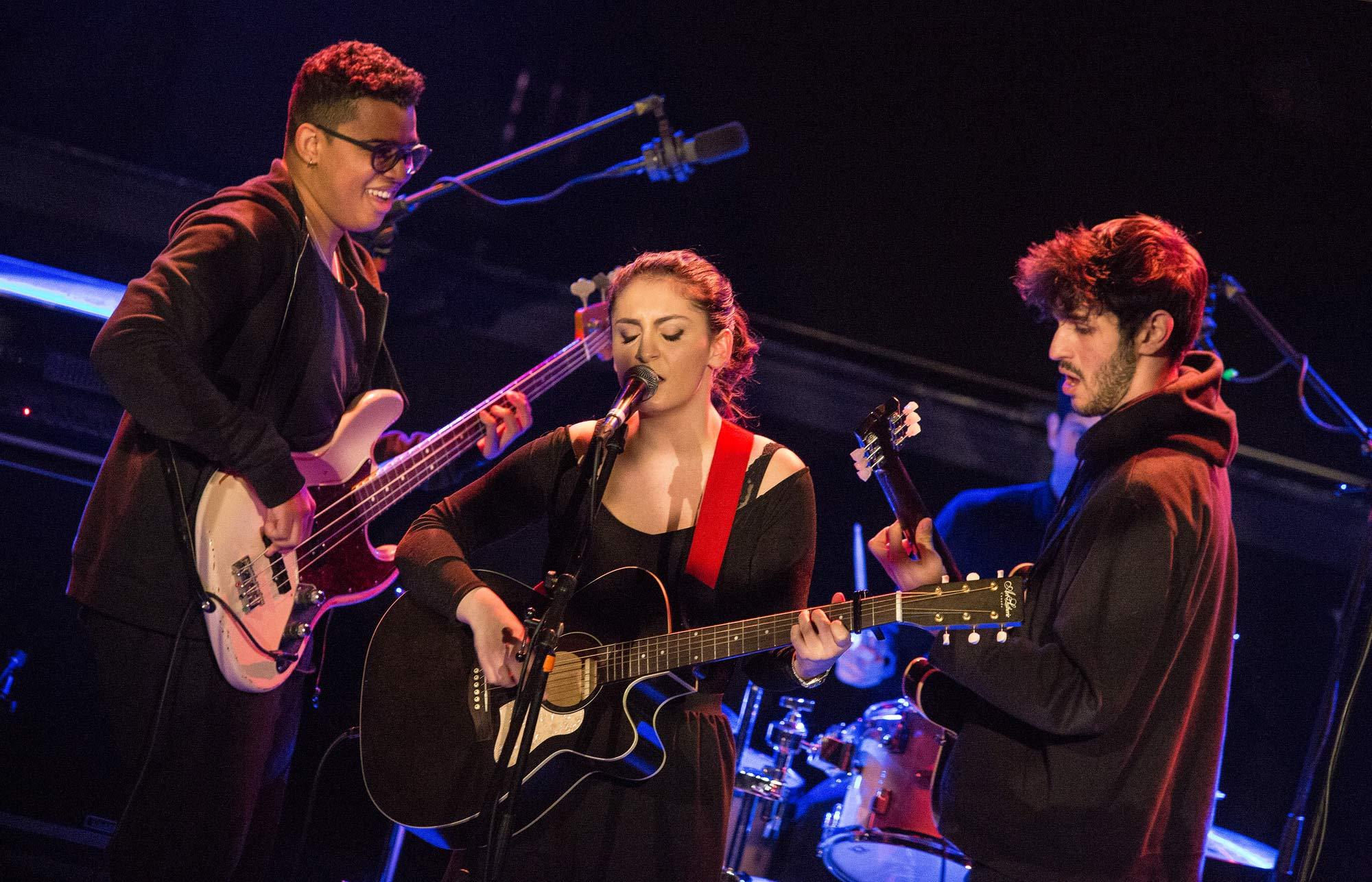Submaryne sur scène avec ses musiciens