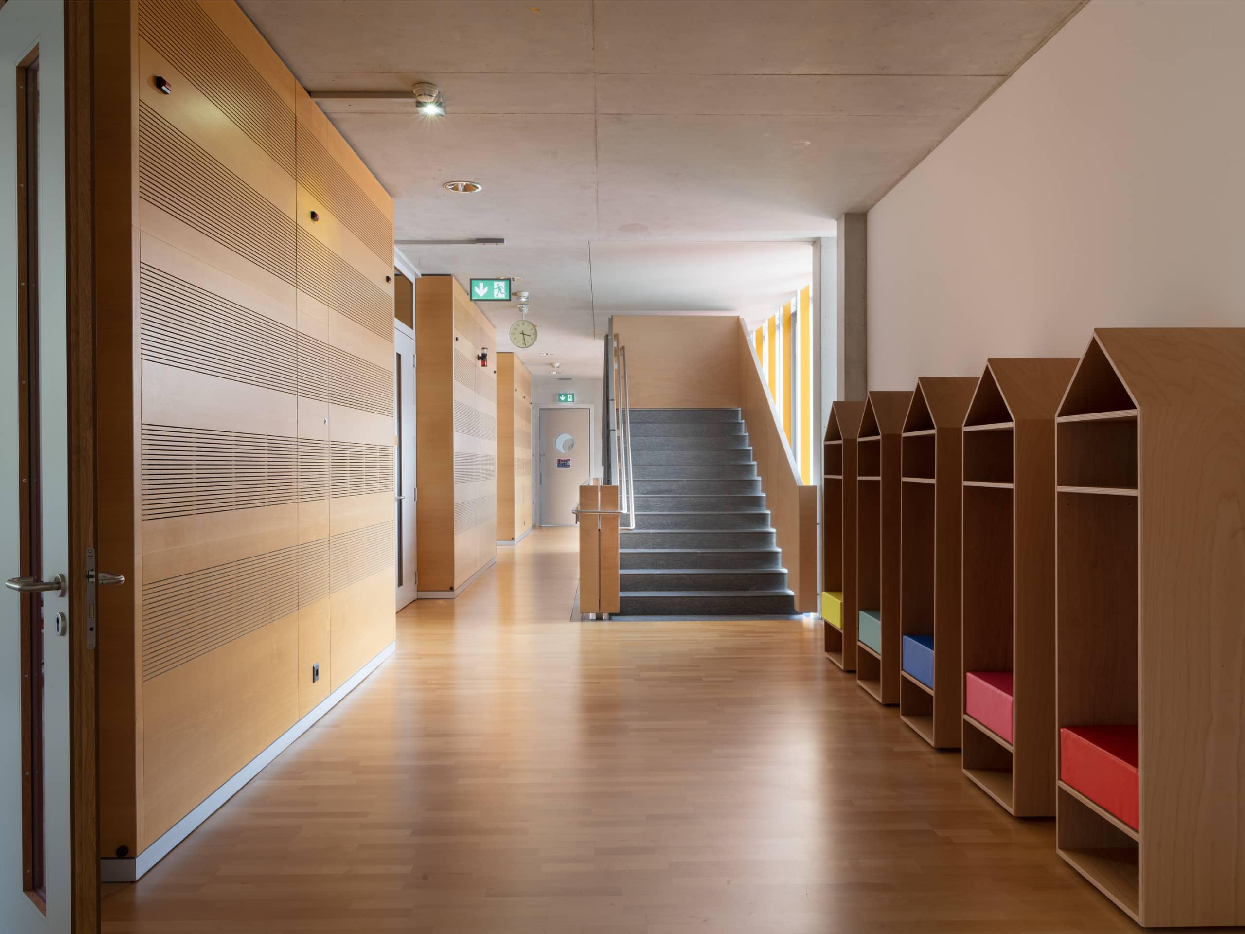 couloir dans un établissement scolaire