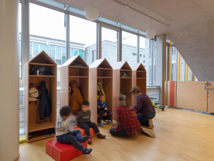 enfants sur des coussins dans une crèche
