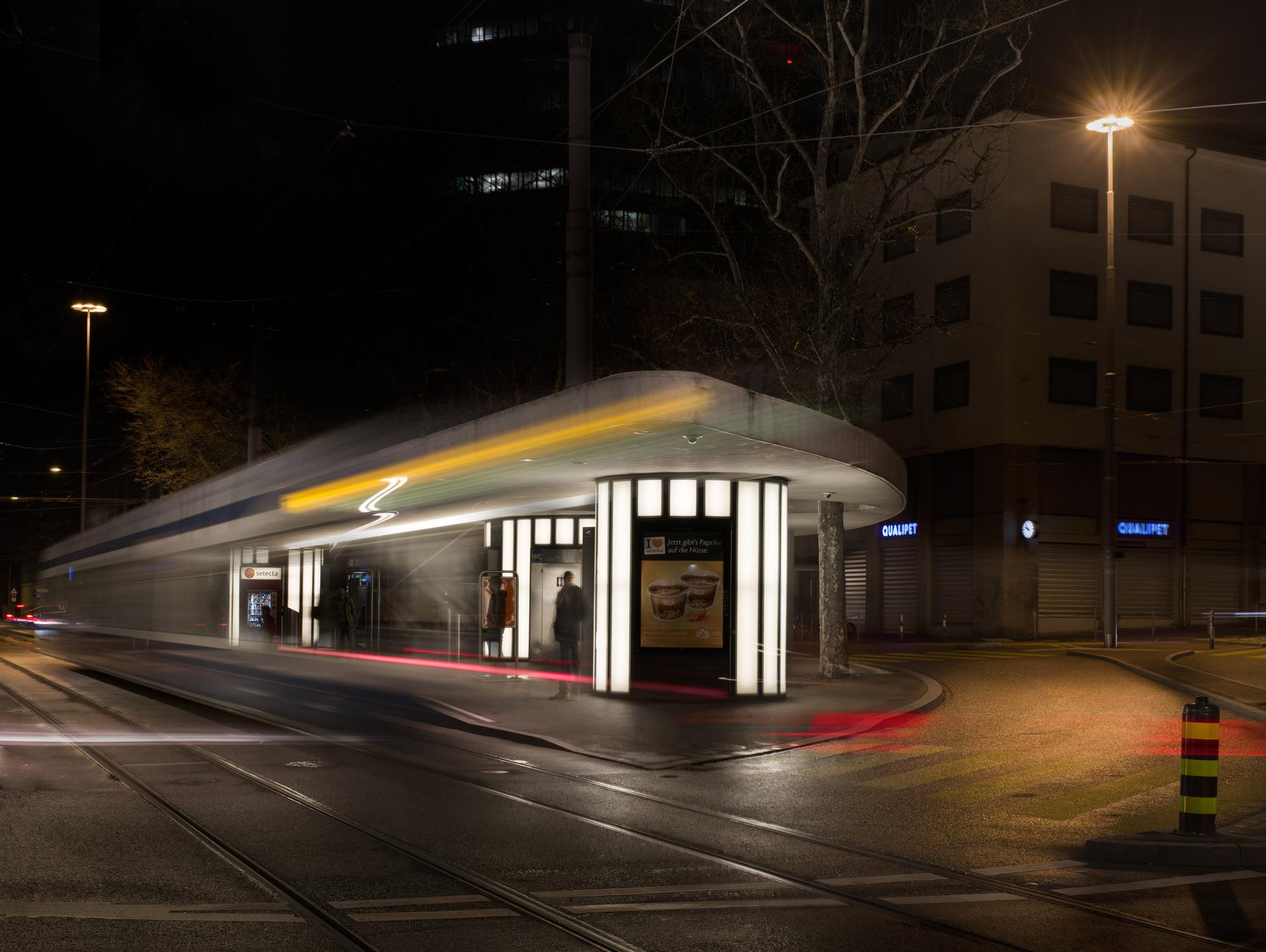arrêt de tram la nuit à Zurich
