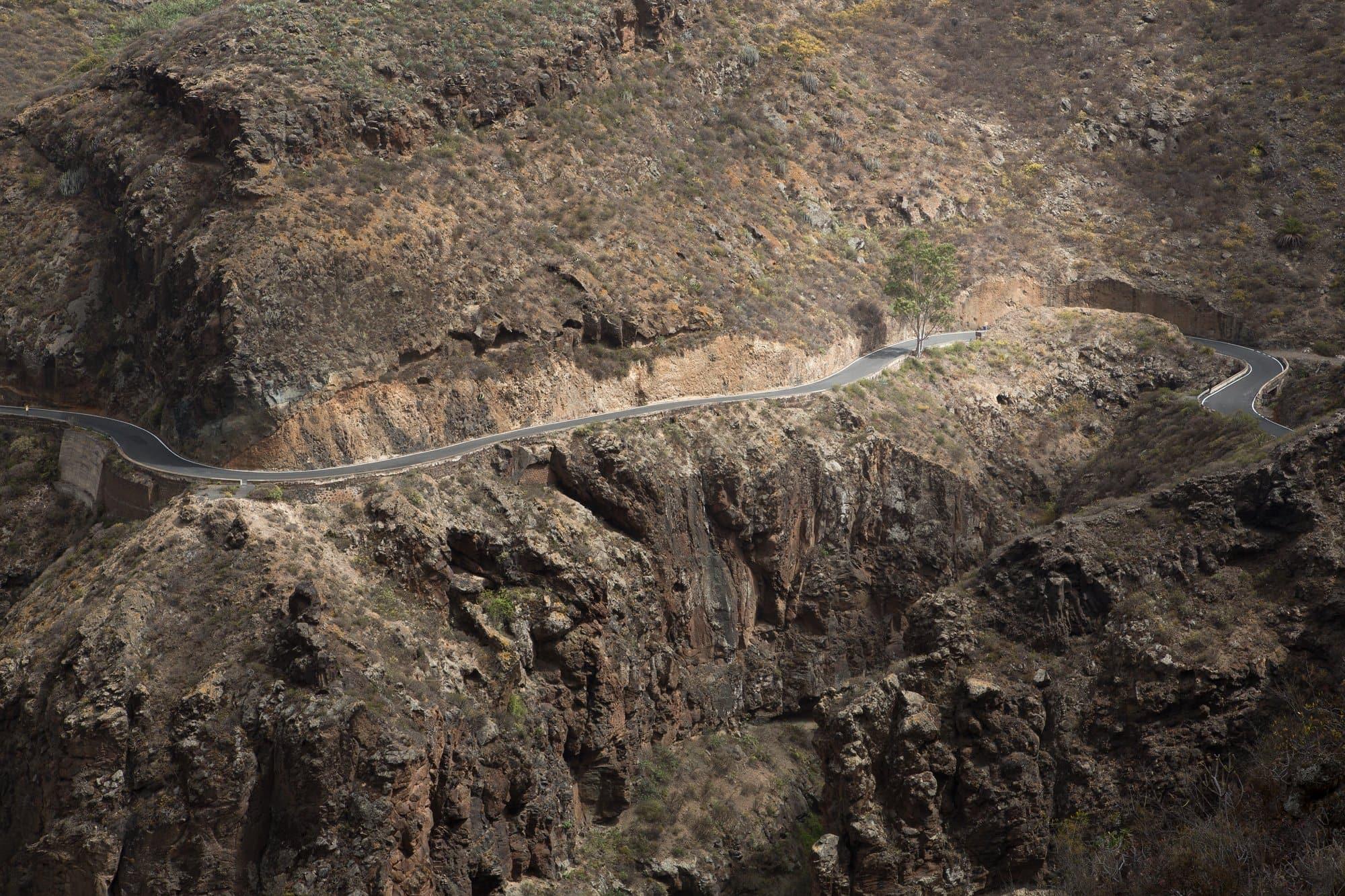 route serpentant une montagne rocheuse
