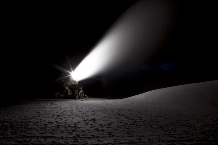 canon à neige dans le noir